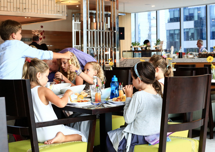 Kids dine for free