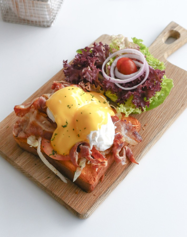 The Larder Cafe Bacon Eggs Benedict